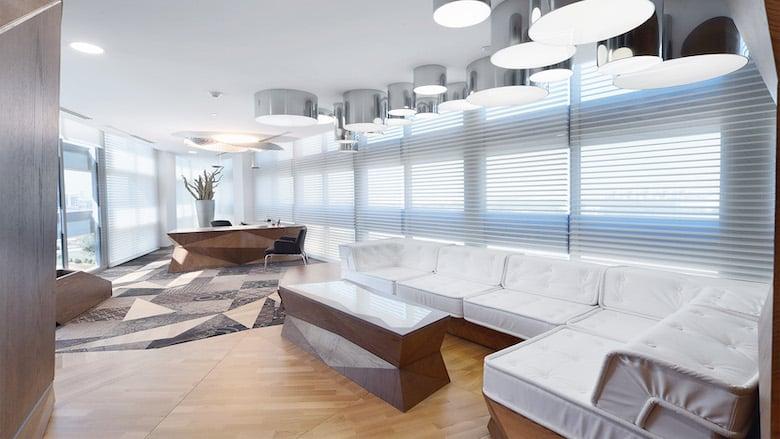 Drei Fantastische Büros mit Bodenbelag aus Teppichfliesen