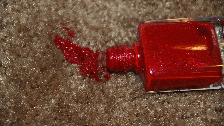 Wie Sie Nagellackflecke aus dem Teppichboden entfernen