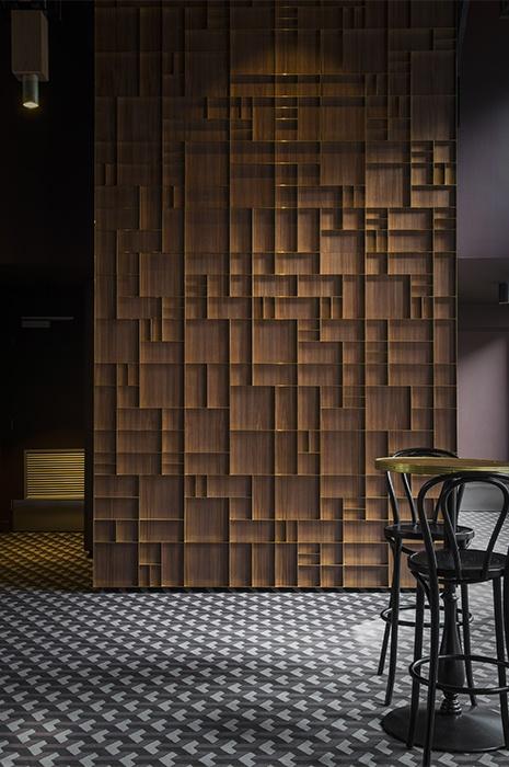 Dunkler gemütlicher Raum mit textilem Bodenbelag