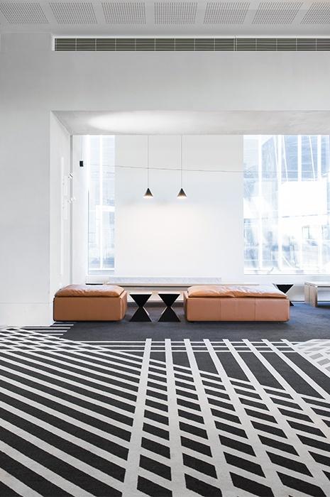 Aufenthaltsraum mit Teppich mit Streifenmuster