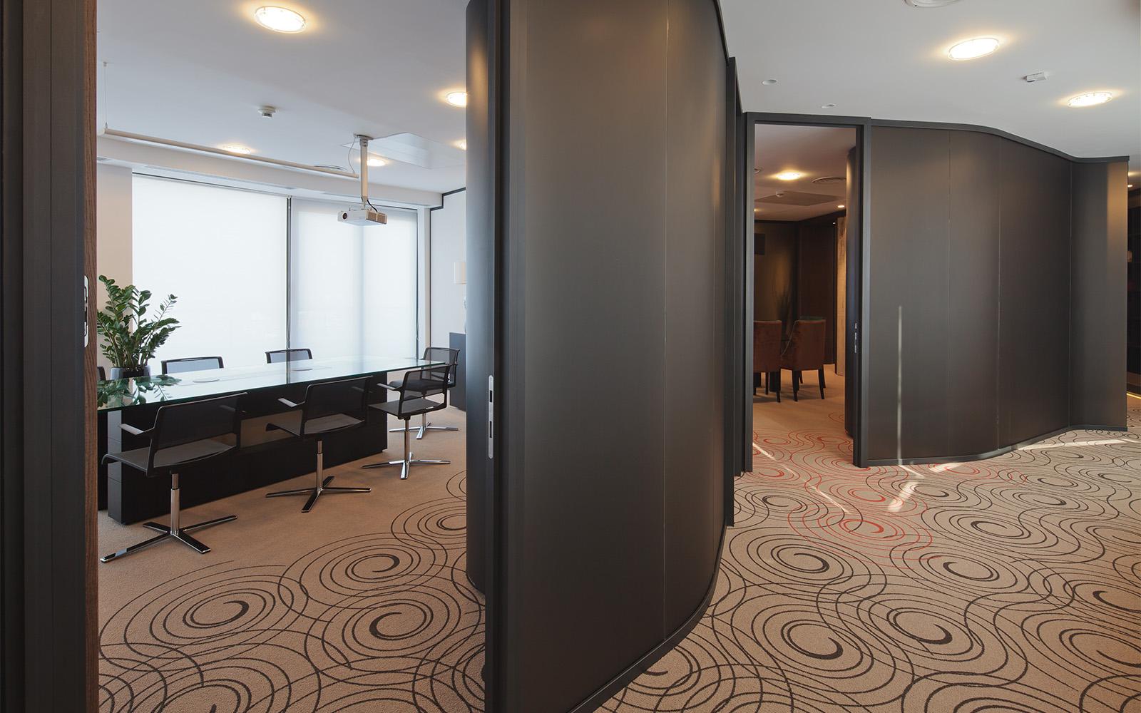 Büroräume mit textilem Bodenbelag mit dezentem und elegantem Schörkelmuster