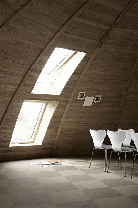 Gewölbter runder Raum mit Teppichfliesen