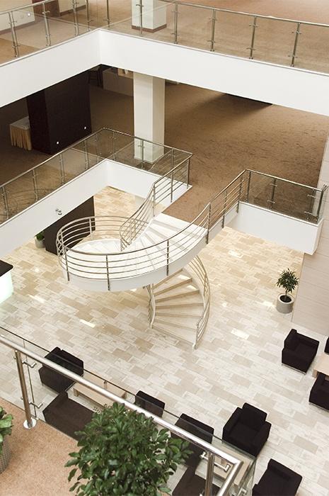 Moderne Büroräumlichkeiten mit Atrium
