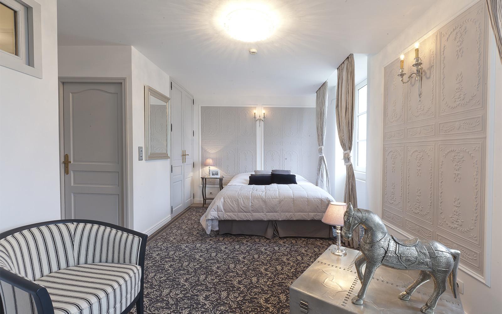 Helles un luxuriöses Hotelzimmer mit gemustertem Teppich in beige und weiß Tönen