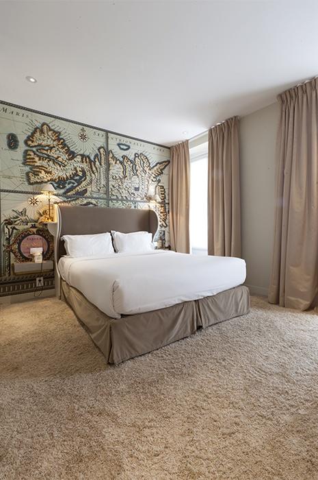 Akustik Teppich - Gemütliches Schlafzimmer mit hohen Decken in beigen Farben, flauschiger Teppich von ege und Gardinen verbessern die Akustik