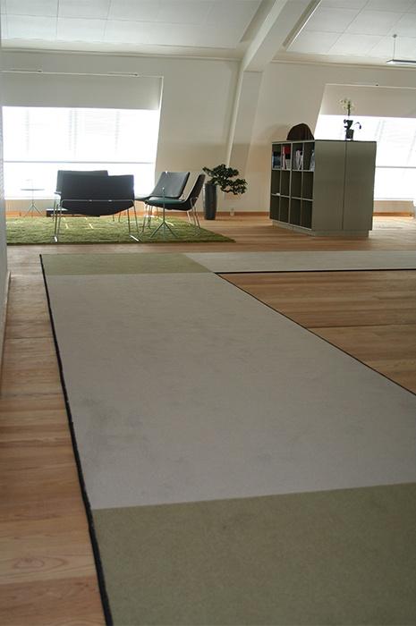 Aksutik Teppich - Großer Raum mit hohen Decken und Sitzmöglichkeiten, vereinzelte Teppichbereiche verbessern die Raumakustik