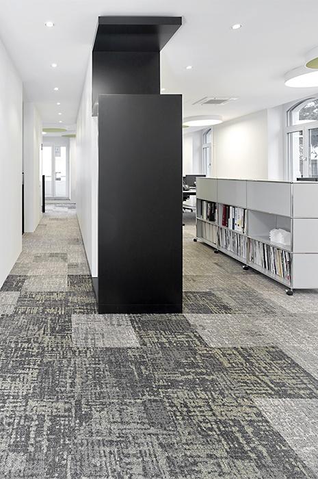 Teppichfliesen in Büroräumen - Gemustert, modern, hell