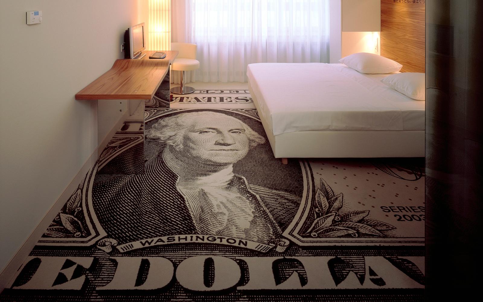 Hotelzimmer mit außergewöhnlichem Teppich mit full-size Dollarschein Print