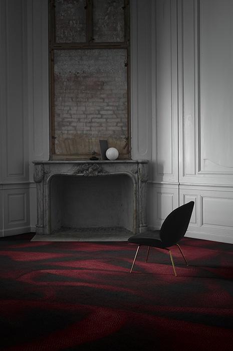 Dunkles mystisches Zimmer mit dunkelrotem Teppich von ege, Karmin und Sessel
