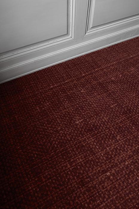 Atelier Toile mit dunkel rotem textilen Bodenbelag - Teppich fördert Innenklima