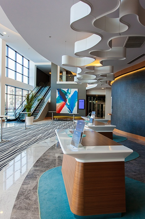 Teppichfliesen oder Teppichboden: Modern eingerichteter Eingangsbereich und Rezeption im Radisson Blu Hotel mit gestreiften Teppichbahnen