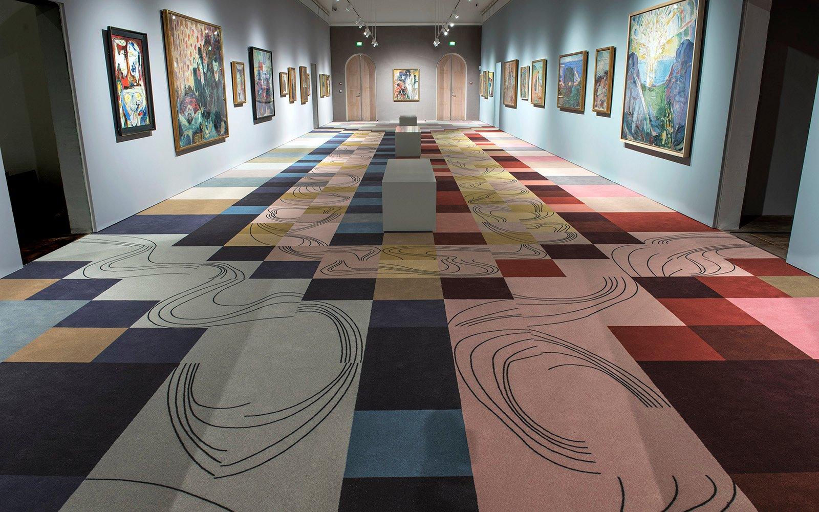 Teppichfliesen oder Teppichboden: Raum im Dänisches Kunstmuseum Jorn in Silkeborg mit Kunstwerken an den Wänden und schachbrett-ähnlich angeordneten Teppichfliesen