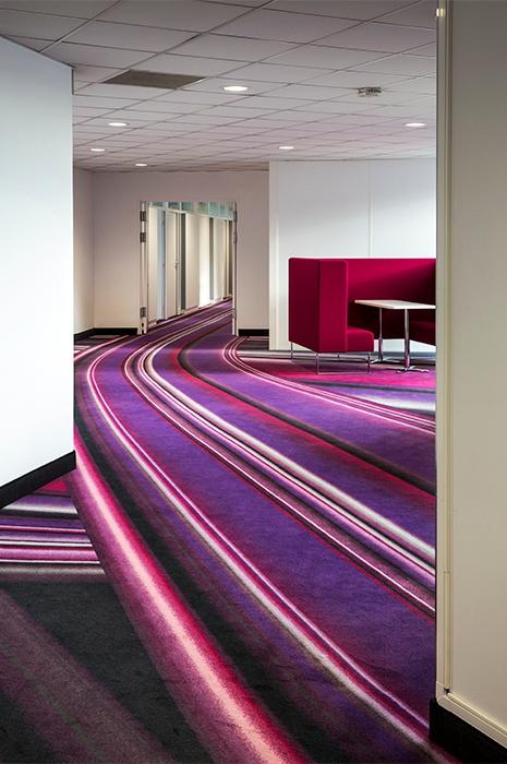 Kreative Ideen für die Inneneinrichtung von Räumen mit dynamischen Streifen Teppich die Pinselstriche darstellen