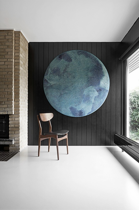 Minimalistischer Raum mit der Verwendungsmöglichkeit Teppich an die Wand zu hängen für besondere Inneneinrichtungs Ideen