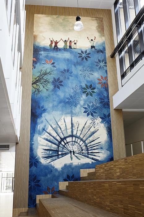 Inneneinrichtung Inspiration mit einem großem und über mehrere Etagen hängenden Teppich an der Wand