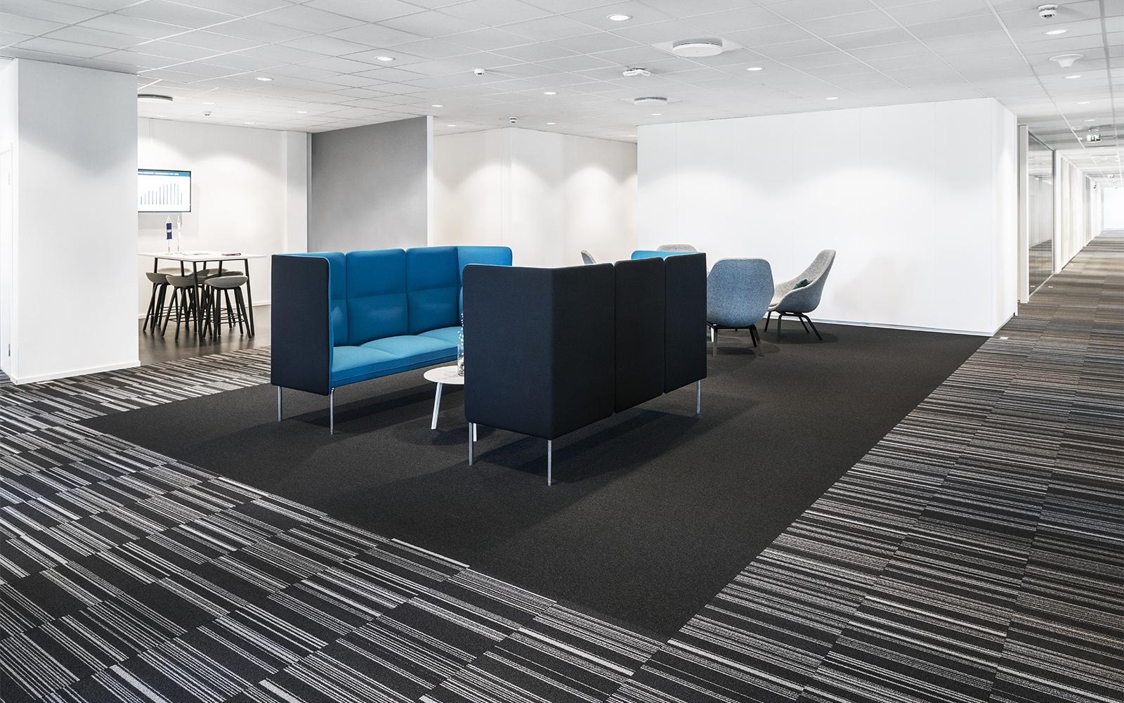 Inneneinrichtung Idee: Verschiedene dunkel-gemusterte Teppich von ege als optischer Raumtrenner in Büroräumen