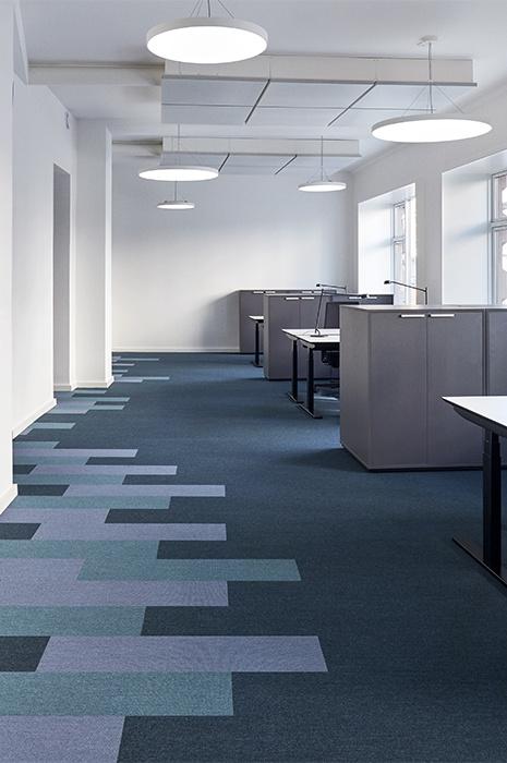 Minimaltische und helle Büroräume mit dunklem Teppich von ege