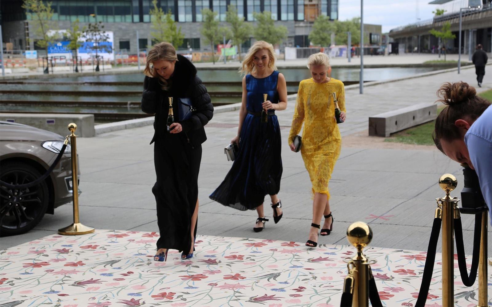 ELLE Style Awards in Kopenhagen mit spezialangefertigten Teppich mit handgezeichneten Wildblumen von Helene Blanche
