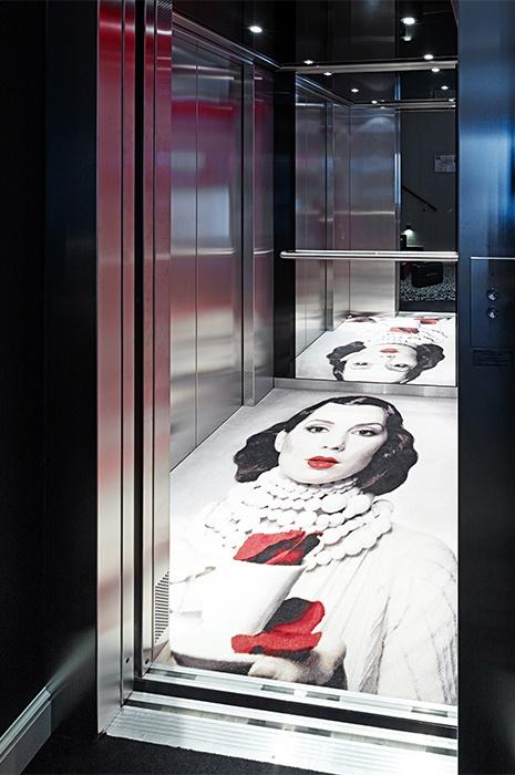Ausgefallene Ideen Aufzug mit Teppich von ege, der das Portrait einer Frau zeigt