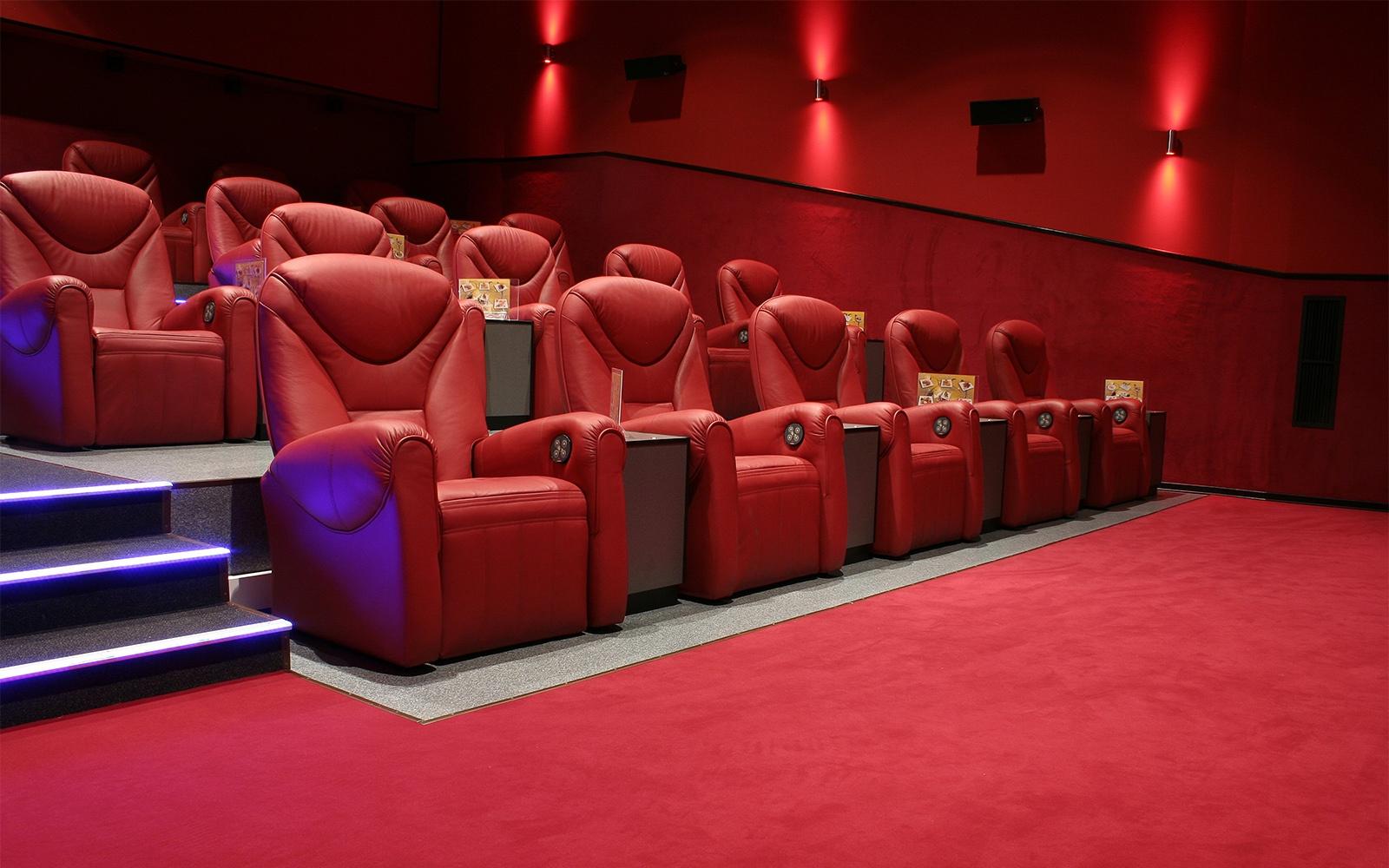 Schicker Kinosaal mit rotem Teppich von ege