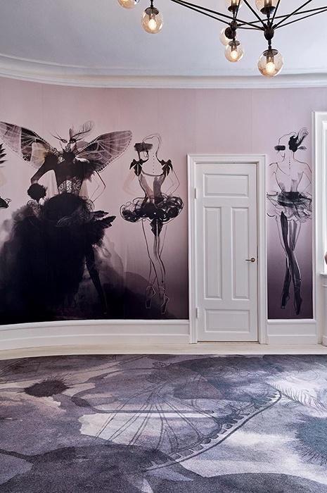 Rosé und beerenfarbende Design Inneneinrichtung mit Modezeichnungen an den Wänden und dazu passend gemustertem Teppich