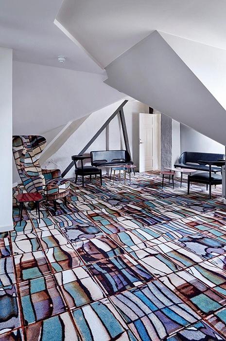 Inneneinrichtungs Idee: Zimmer mit besonderem gemustertem Teppich (entworfen von Tom Dixon und ege Teppich) und dazu passendem Sessel