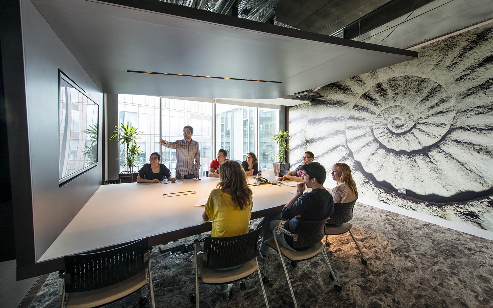 Google Office Dublin Besprechungsraum in modernem Design und gemustertem Teppich und Wänden
