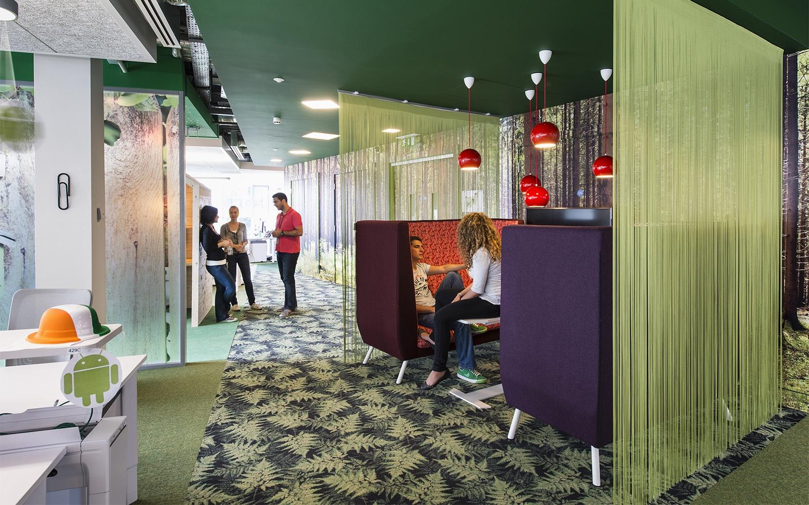 Modern designte Räumlichkeiten mit grünen Wänden, Teppichen von ege und Gardinen im Google Campus Dublin