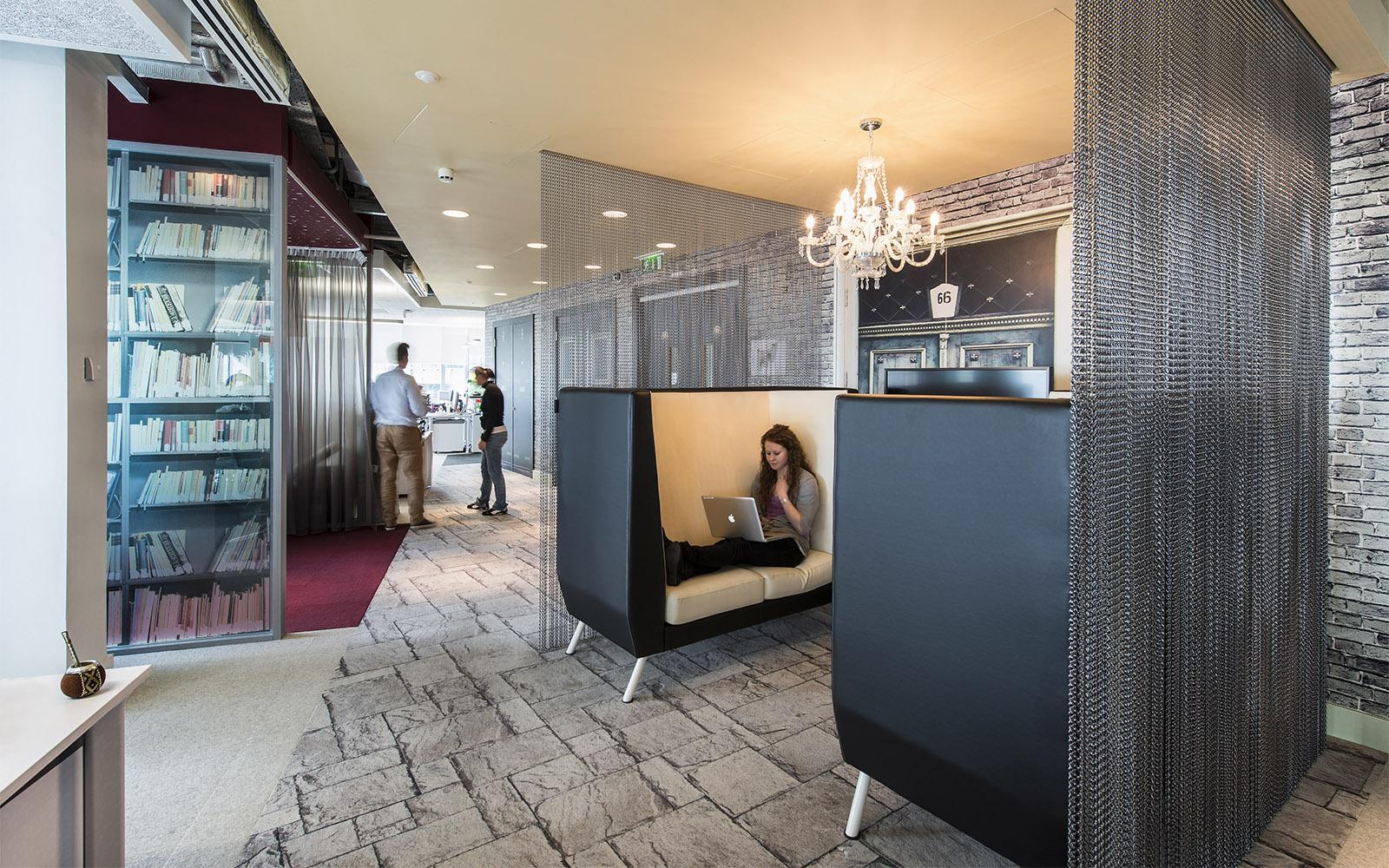 Sitzbereiche im Google Office Dublin in Grautönen mit gemustertem Teppich von ege