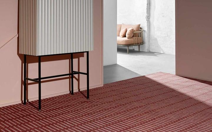 Raum mit Teppich in warmen rot und Terakotta Tönen