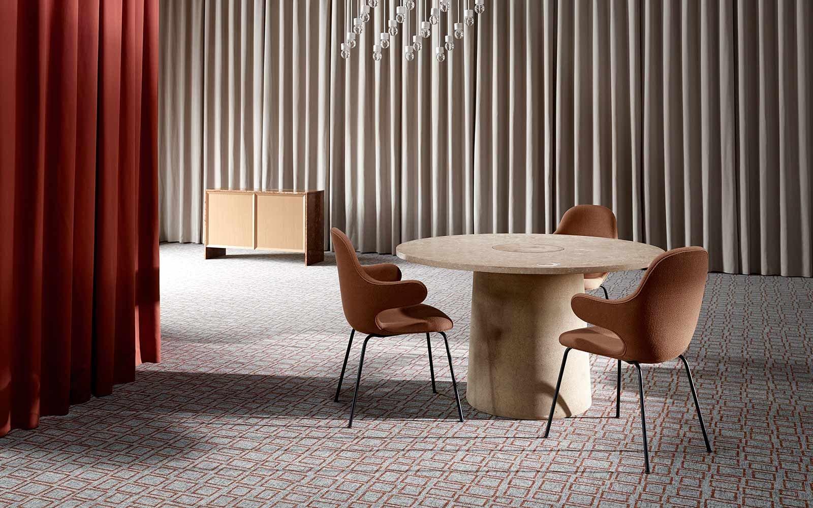 Raum mit Teppich in warmen Rot-, Terrakotta-, Braun- und Violetttönen