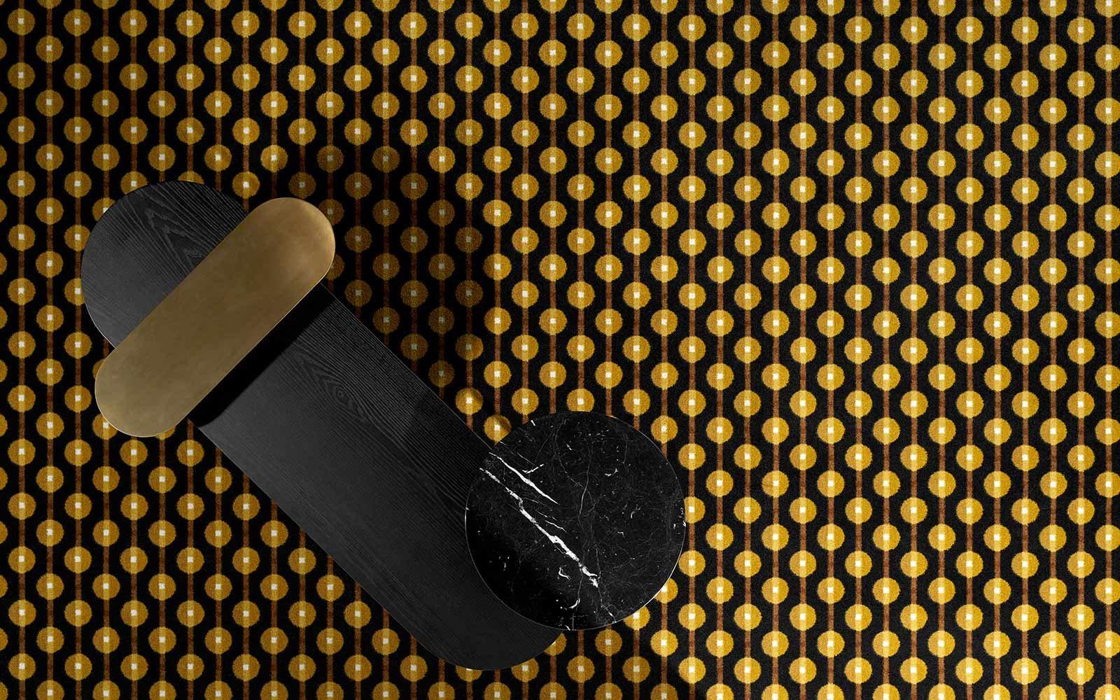 Teppich mit beigem und goldenem Muster