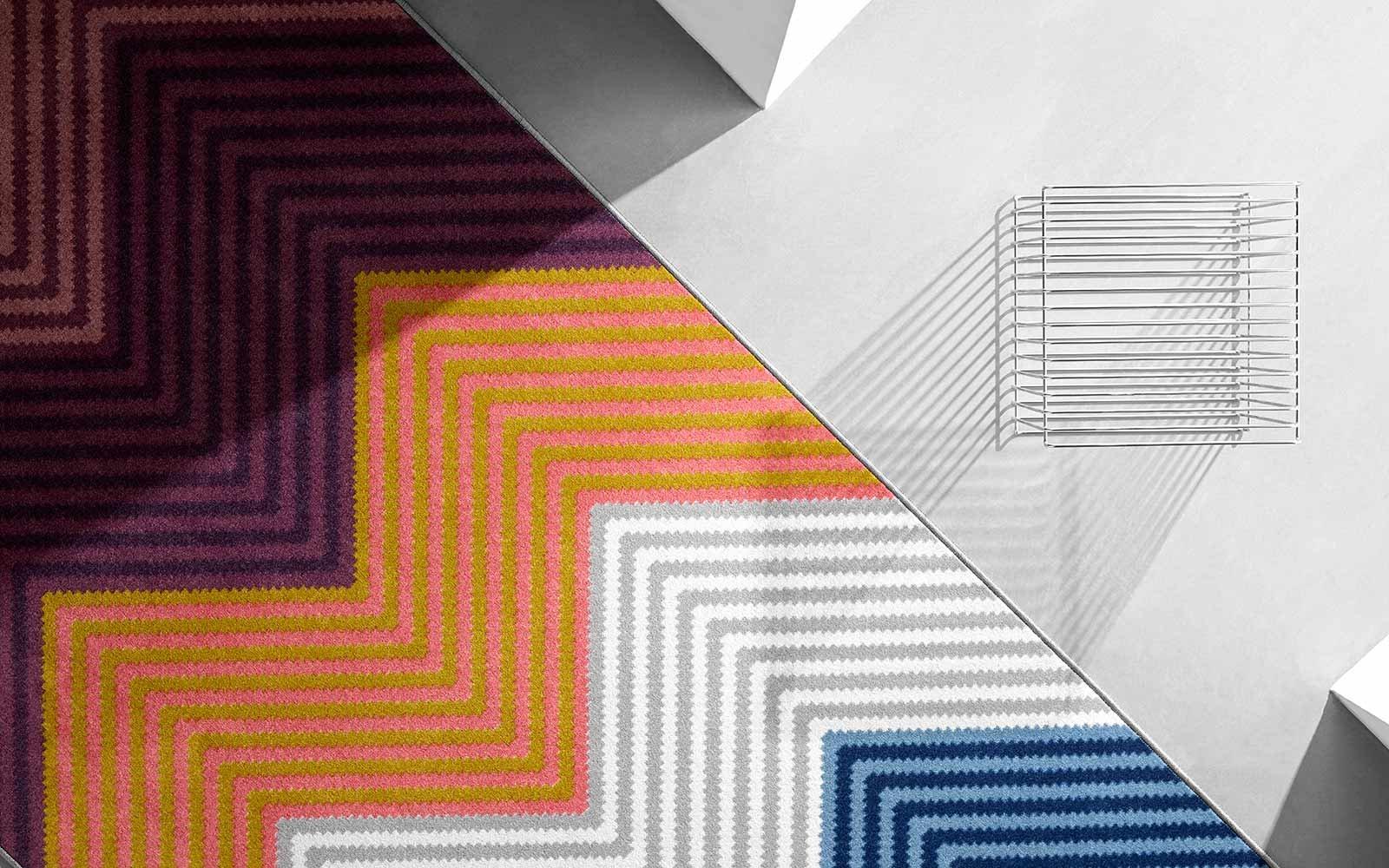 Teppich mit Fischgrätenmuster und kontrastreichen Farben