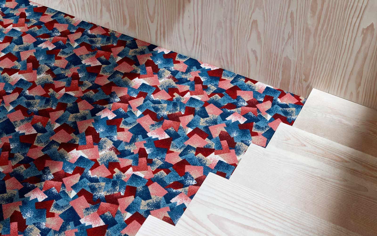 Teppichboden inspiriert vom Himmel, Ziegelwände und Holz