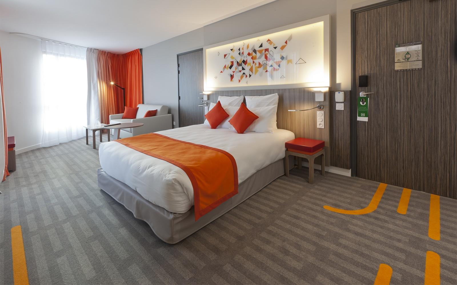 Hotelteppich: Geschwungenen Linien auf dem Teppichboden ziehen sich bis in die Hotelzimmer und verbinden die Hotelzimmer-Gestaltung mit dem Design des gesamten Hotels