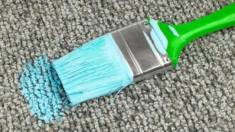Wie Sie Farbflecke aus dem Teppichboden entfernen